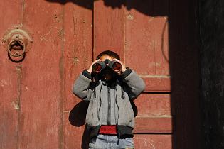 boy_with_binoculars_315x210